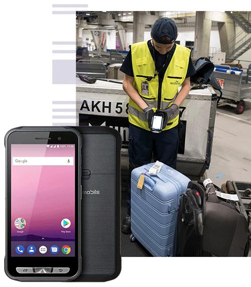 En person som bruker en håndterminal for å skanne baggasjetaggen på en koffert og to håndterminaler ved siden av