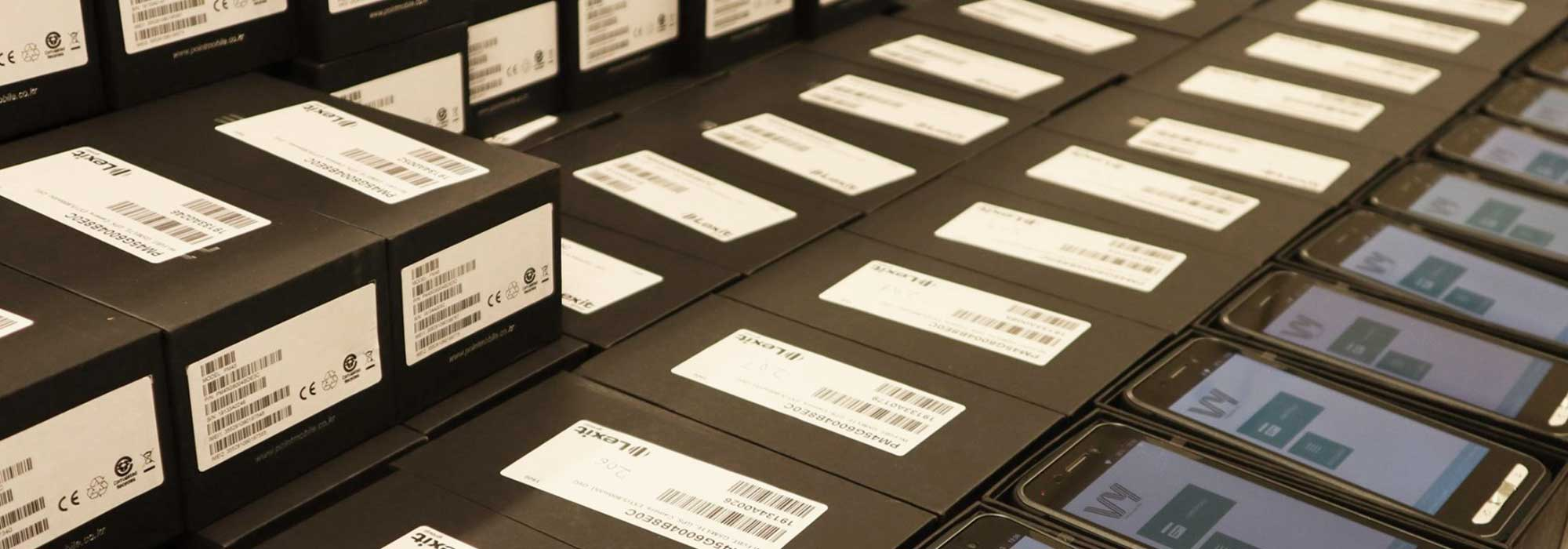 En rekke med håndterminaler og tilhørende emballasje