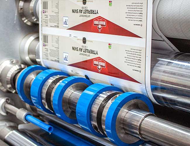 trykkpresse som trykker etiketter