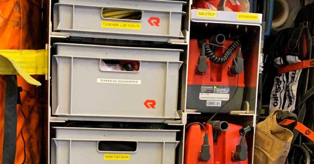 Hyller med utstyr i en brannbil