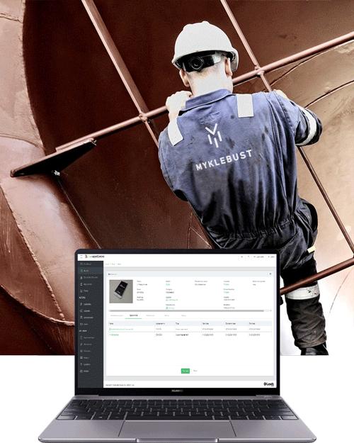 En laptop foran en mann som holder seg fast i en stor båt