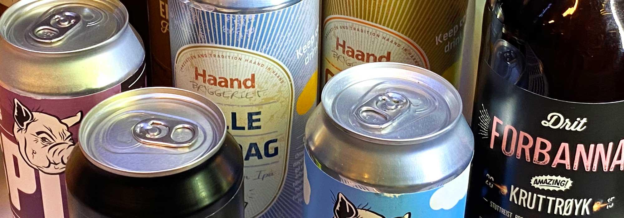 Ølbokser med forskjellige etiketter